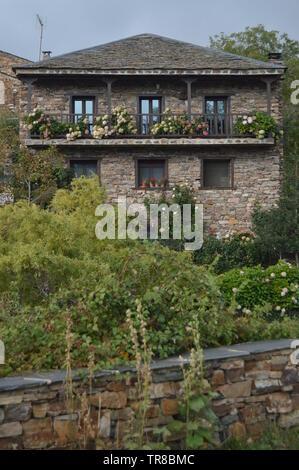 Belle maison faite d'ardoise à Valverde de los Arroyos. 18 octobre, 2013. Valverde de los Arroyos, Village Noir, Guadalajara, Castille La Mancha, S Banque D'Images