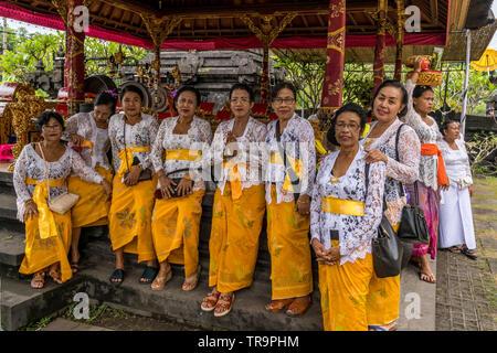 """Les femmes balinaises vêtus de robes de cérémonie à la cour intérieure de Goa Lawah Pura Balinais (pour 'Bat Cave Temple"""") pendant le festival traditionnel de Kuningan Banque D'Images"""