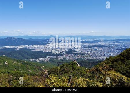 Vue sur Séoul depuis le parc national de Bukhansan, Séoul, Corée Banque D'Images