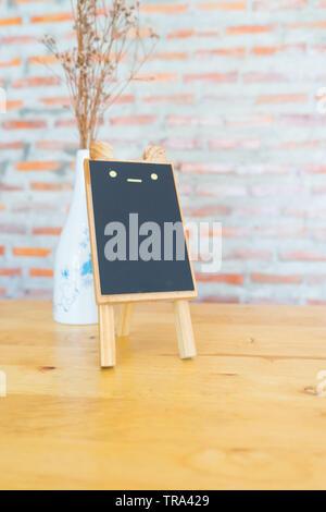 Petit tableau noir sur table dans un café, Banque D'Images