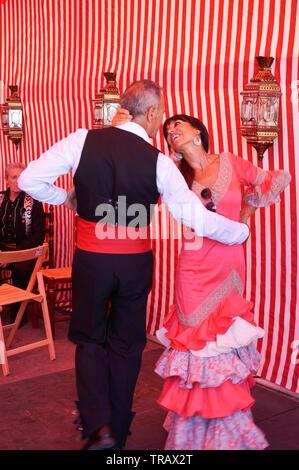 Torrevieja, Espagne - juin 1, 2019: deux personnes mûres dans vêtir espagnol traditionnel danser ensemble sur la foire de Séville Banque D'Images