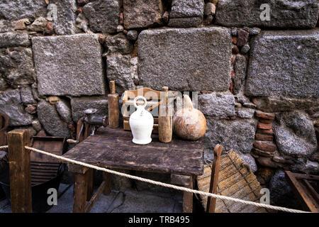 Ustensiles de cuisine anciens sur une petite table en bois à l'extérieur Banque D'Images