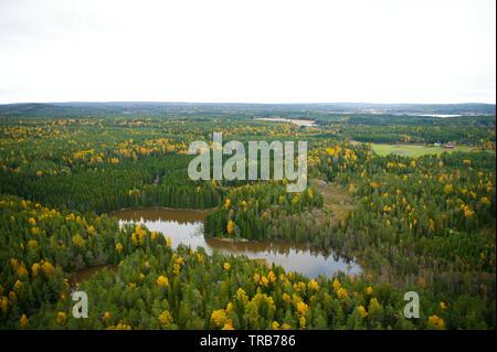 Vue aérienne sur la rivière Svinna en Våler kommune, Østfold fylke, la Norvège. La rivière est une partie de l'eau appelé système Morsavassdraget. La rivière Svinna relie l'Saebyvannet le lac et dans le lac Vansjø. Vansjø est le plus grand lac d'Østfold. Octobre, 2004. Banque D'Images