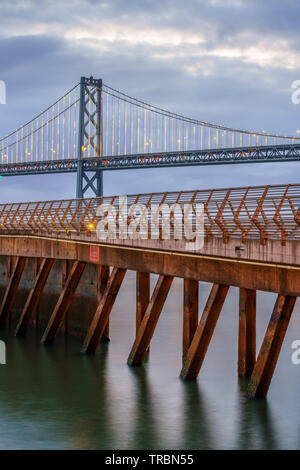 Bay Bridge est situé en Californie, États-Unis, et relie San Francisco et Oakland. Sa construction achevée en 1936 et est l'un des principaux monuments de