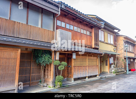 Dans les maisons de thé traditionnelles et nishi chaya teashouse geisha district, Kanazawa, Préfecture d'Ishikawa, de l'Ouest, au Japon.