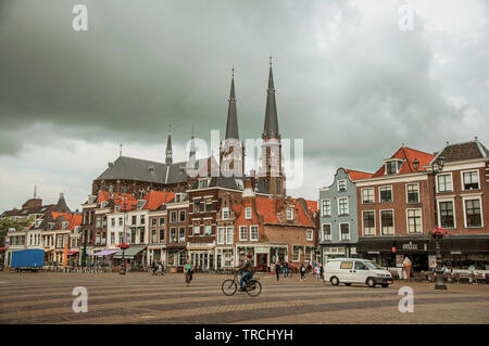 Les gens sur place du marché, les bâtiments en brique avec des magasins et clocher de Delft. Village gracieux plein de canaux et de l'architecture gothique en France. Banque D'Images