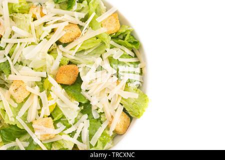 Salade César frais isolé sur fond blanc Banque D'Images