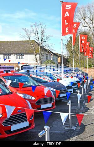 L'affiche de la vente de Ford concessionnaire d'affaires le parvis afficher utilisé seconde main voitures bleu rouge blanc et noir et la promotion des ventes de bannières England UK Banque D'Images
