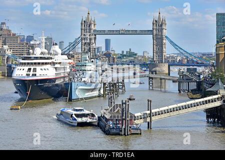 River Thames Clipper voile voile à London Bridge City Pier dans le bassin de Londres aux côtés de navires de croisière Le HMS Belfast & Tower Bridge monument England UK Banque D'Images