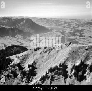 Dans Gruenten Algaeu la montagne Alpes, construction d'un mât émetteur, lac Alpsee à Immenstadt, photo aérienne, prises entre 1958 et 1963, l'Allemagne, la Bavière Banque D'Images