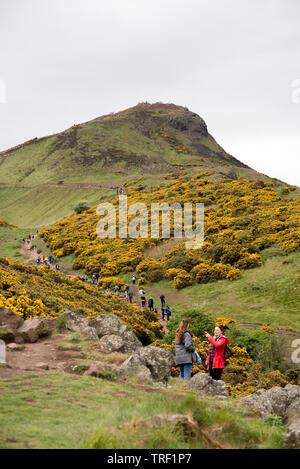 Grand groupe de personnes marcher jusqu'à la côté de Arthur's Seat à Édimbourg, Écosse