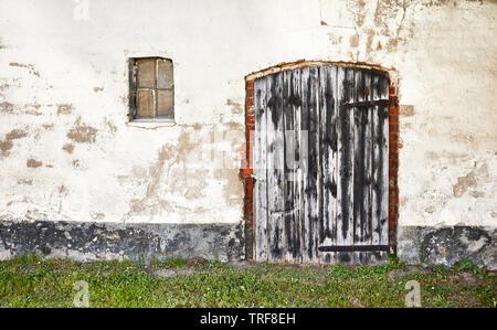 Ancienne en bois porte fermée d'une maison abandonnée. Banque D'Images