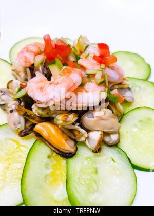Décorées avec le concombre Salade de fruits de mer Banque D'Images