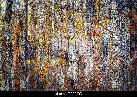 Affiches déchirées colorés sur vieux mur grunge background