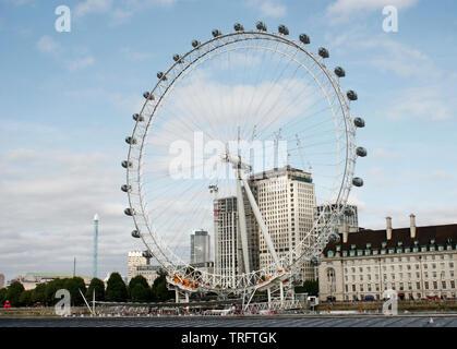 Le London Eye, une grande roue de Londres et plus haute roue d'observation en porte-à-faux Banque D'Images