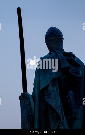 La pleine lune et statue du Roi Afonso I en face du château, Guimarães, Braga, Portugal Banque D'Images