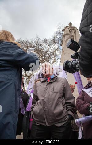 Londres, Royaume-Uni. 13 mars, 2019. Dennis Skinner MP du travail, rejoint à l'appui l'WASPI protestataires au College Green, Westminster. Les femmes demandent au gouvernement de fournir une compensation pour les millions de femmes touchées par le changement.