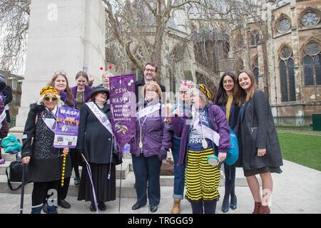 Londres, Royaume-Uni. 13 mars, 2019. Chris Matterson MP du travail, rejoint à l'appui l'WASPI protestataires au College Green, Westminster. Les femmes demandent au gouvernement de fournir une compensation pour les millions de femmes touchées par le changement.