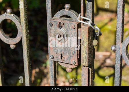 Close up of ancient, serrure rouillée. Partie d'une porte menant à une maison ancienne. Mystères qui nous attendent? Secret, mystique, vieux, vintage. Banque D'Images