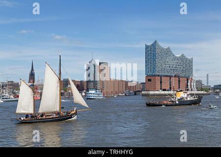 Bateau à voile en face de l'Elbe Philharmonic Hall, 830. Anniversaire du port, Port, Hambourg, Allemagne Banque D'Images