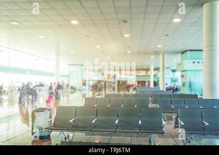 Rangée de chaises gris vide avec une litière dans la salle d'attente d'un aéroport Banque D'Images