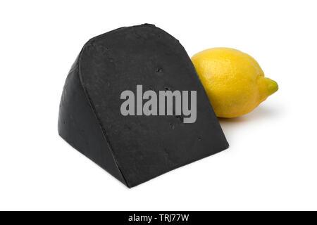 Morceau de citron noir fromage et d'un citron jaune frais isolé sur fond blanc Banque D'Images