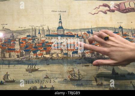 Londres 7 juin 2019 Le seul exemple connu de Frederick de Wit's post monumental- re panorama de Londres, nouvelle, en pleine couleur d'origine et complet avec la typo du texte en néerlandais et en anglais. e panorama dépeint Londres après le grand incendie de 1666, avec plusieurs nouvelles églises étant représentée pour la première fois, et c'est le premier panorama datable de dépeindre Sir Christopher Wren's design pour la Cathédrale St Paul, et le vieux pont de Londres, prix demandé 200€. Crédit: Paul/Quezada-Neiman Alamy Live News Banque D'Images