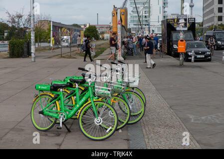 La chaux est une société de location de voitures américaines de transport qui s'exécute sans dock et systèmes de partage de vélos scooter dans diverses villes à travers le monde. Bicyclettes Banque D'Images