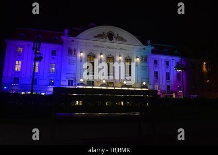 Photo de la façade d'entrée du Konzerthaus, Vienne prise lors d'une nuit pluvieuse de derrière un banc Banque D'Images