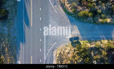Vue d'en haut d'une intersection en T avec une seule voiture sur la route Banque D'Images