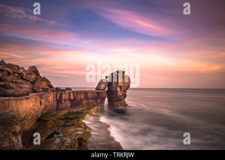 Coucher de soleil sur Pulpit Rock à Portland Bill sur l'Île de Portland près de Weymouth Dorset sur la côte jurassique. L'Angleterre. UK.