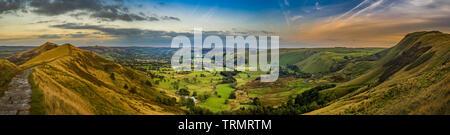 Vue panoramique depuis le sommet de Mam Tor vers l'espoir Vallée, Peak District, UK. Breedon espère cimenteries en distance. Banque D'Images