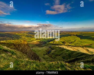 Vue depuis le sommet de Mam Tor vers Castleton Hope Valley Breedon et avec espoir les cimenteries en distance, Peak District, UK. Banque D'Images