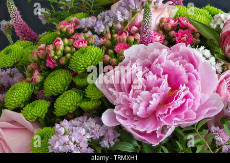 Pivoine rose bouquet de fleurs de printemps coloré,chrysanthèmes,rose,les Kalanchoés,,,lupinus dianthus Banque D'Images
