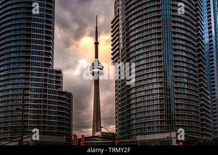 Toronto, Canada - le 20 novembre 2018: paysage dans ville animée avec des gratte-ciel et légendaire annonce Tower Toronto