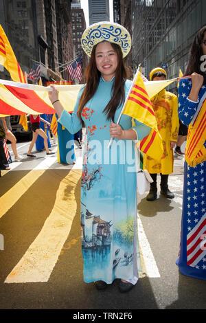 Une belle femme vietnamienne dans une robe traditionnelle AO DAI vietnamien au défilé culturel américain à Midtown Manhattan, New York. Banque D'Images