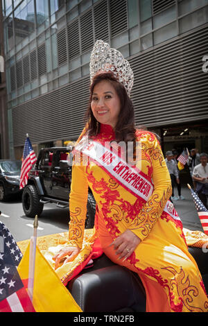 Mme Entrepreneur dans une belle robe & Tiara au défilé culturel américain vietnamiens à Midtown Manhattan, New York. Banque D'Images