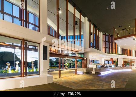 Le foyer de la Performing Arts Centre de Cairns allumé au crépuscule, Cairns, Queensland, Australie