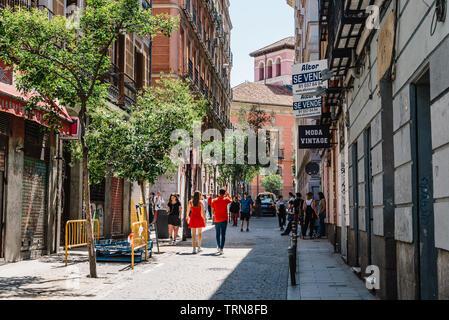 Madrid, Espagne - juin 9, 2019: scène de rue dans quartier Malasana à Madrid. Malasana est l'un des quartiers les plus branchés de la ville