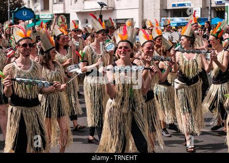 Berlin, Allemagne - juin 2019: Les gens d'effectuer au Karneval der Kulturen (Carnaval des Cultures) à Berlin Banque D'Images