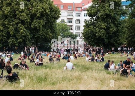 Berlin, Allemagne - juin 2019: personnes entassées dans un parc public à Karneval der Kulturen (Carnaval des Cultures) à Berlin Banque D'Images