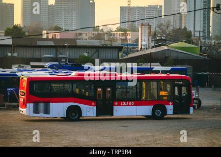 L'un des nouveaux bus pour le 'Red Metropolitana de Transporte' système de transport public sur le dépôt, attendent de commencer son voyage