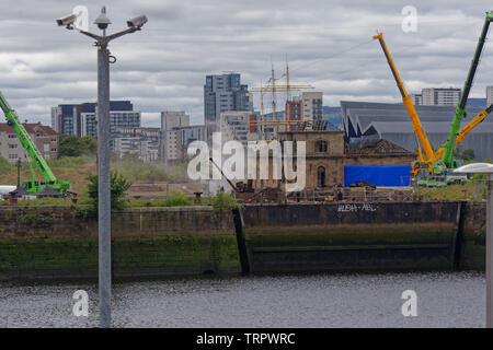 """Glasgow, Scotland, UK 11 Juin, 2019. De la fumée sur l'eau comme Steven Spielberg première guerre mondiale film """"1917"""" a commencé le tournage dans les docks de Govan sur les rives de la rivière Clyde dans la ville aujourd'hui avec des pièces pyrotechniques à l'essai. Credit: Gérard Ferry/ Alamy Live News Banque D'Images"""