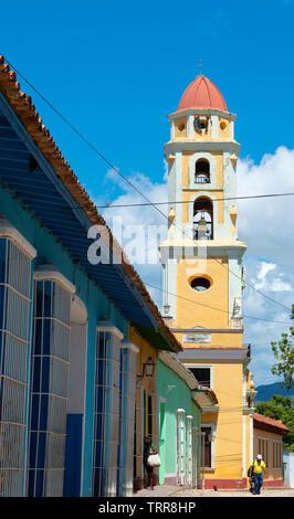 Vue sur le clocher de l'église de saint François à partir de l'angle de la Plaza Mayor, à la Trinité, la province de Sancti Spiritus, Cuba, Caraïbes