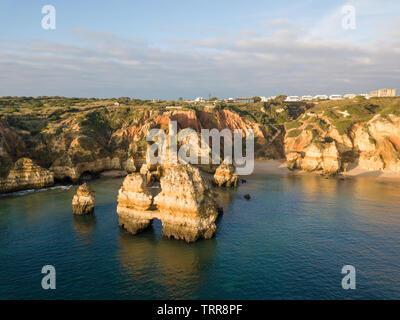 Drone aérien Algarve vue panoramique. Magnifique paysage au lever du soleil. Belle plage près de Lagos, Algarve, Portugal. Seascape avec cliff rocks. Banque D'Images