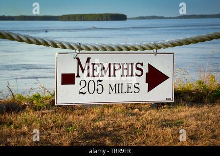 Le long du fleuve Mississippi, au débit rapide, un signe se bloque avec une flèche indiquant le chemin à 205 miles de Memphis, pour les touristes à Greenville, MS, ETATS UNIS Banque D'Images