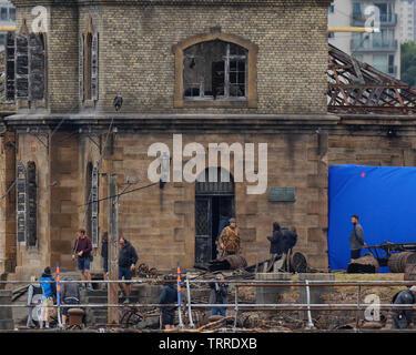 """Glasgow, Scotland, UK 11 Juin, 2019. De la fumée sur l'eau comme Steven Spielberg première guerre mondiale film """"1917"""" a commencé le tournage dans les docks de Govan sur les rives de la rivière Clyde dans la ville aujourd'hui avec des pièces pyrotechniques à l'essai et dans ce scénario un soldat Richard Madden ou George Mackay se précipite la chambre avec un tireur au deuxième étage. Credit: Gérard Ferry/ Alamy Live News Banque D'Images"""