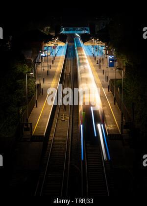 Winchester, England, UK - 22 Avril 2019: un train de voyageurs de chemin de fer de l'ouest du Sud appelle à la gare de Winchester dans le Hampshire dans la nuit. Banque D'Images