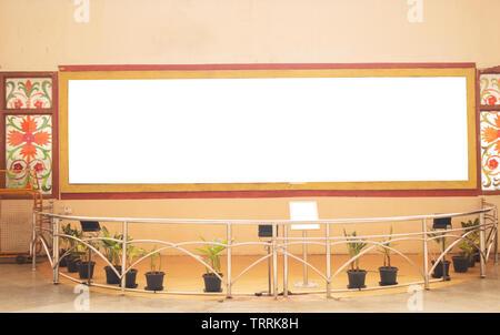 Un grand panneau blanc sur le mur au Musée.