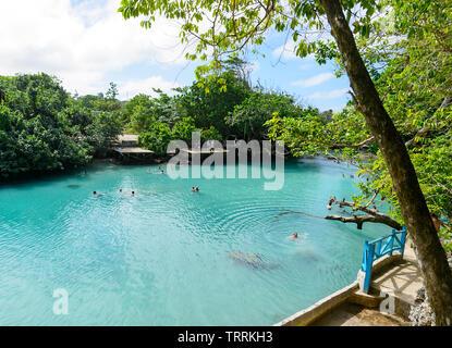 La natation de personnes dans la région de Blue Lagoon, une piscine turquoise scenic populaires trou près de Port Vila, l'île d'Efate, Vanuatu, Mélanésie